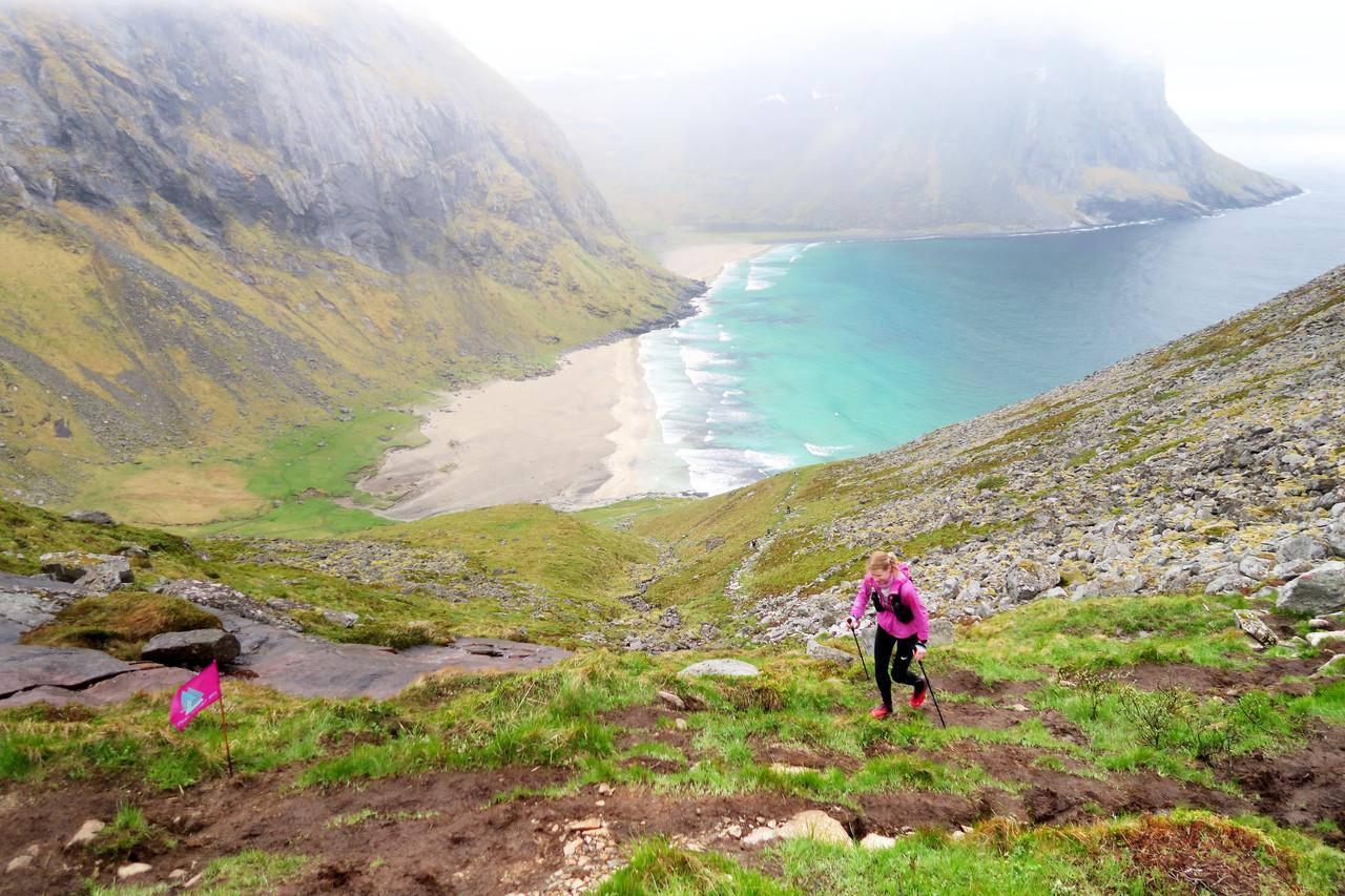 Silje dans la montée depuis la plage de la baleine (Kvalvika)