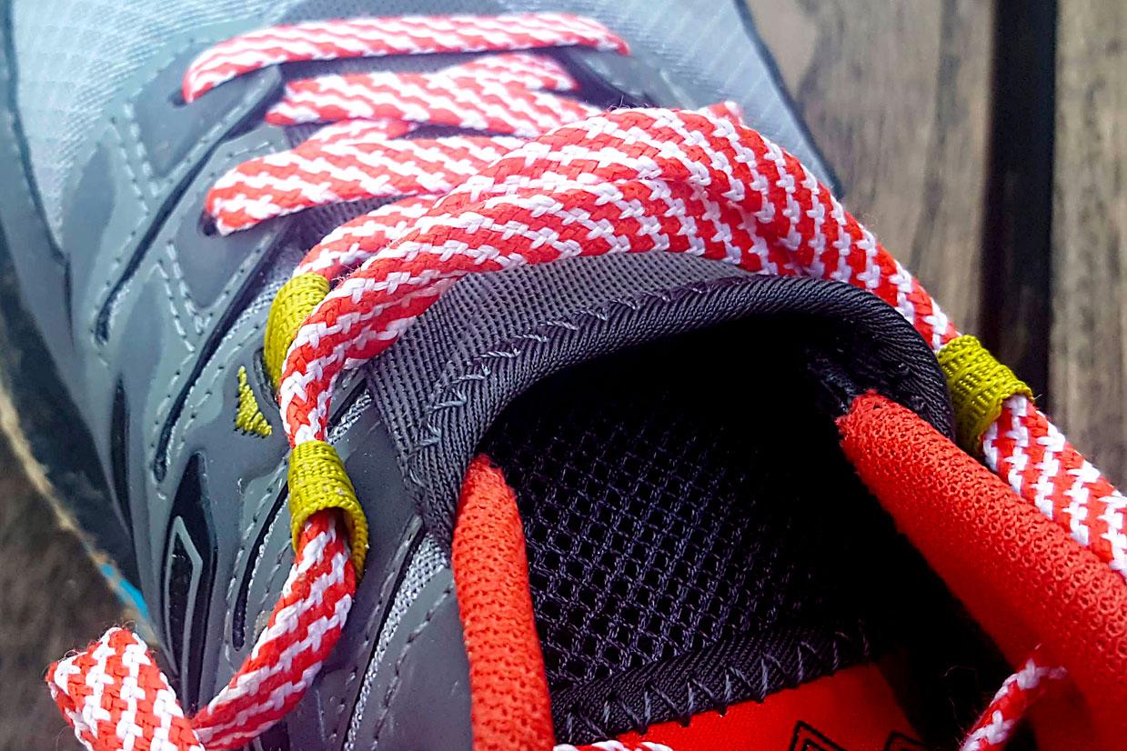 Vue de près sur les lacets de l'Asics Trabuco 7