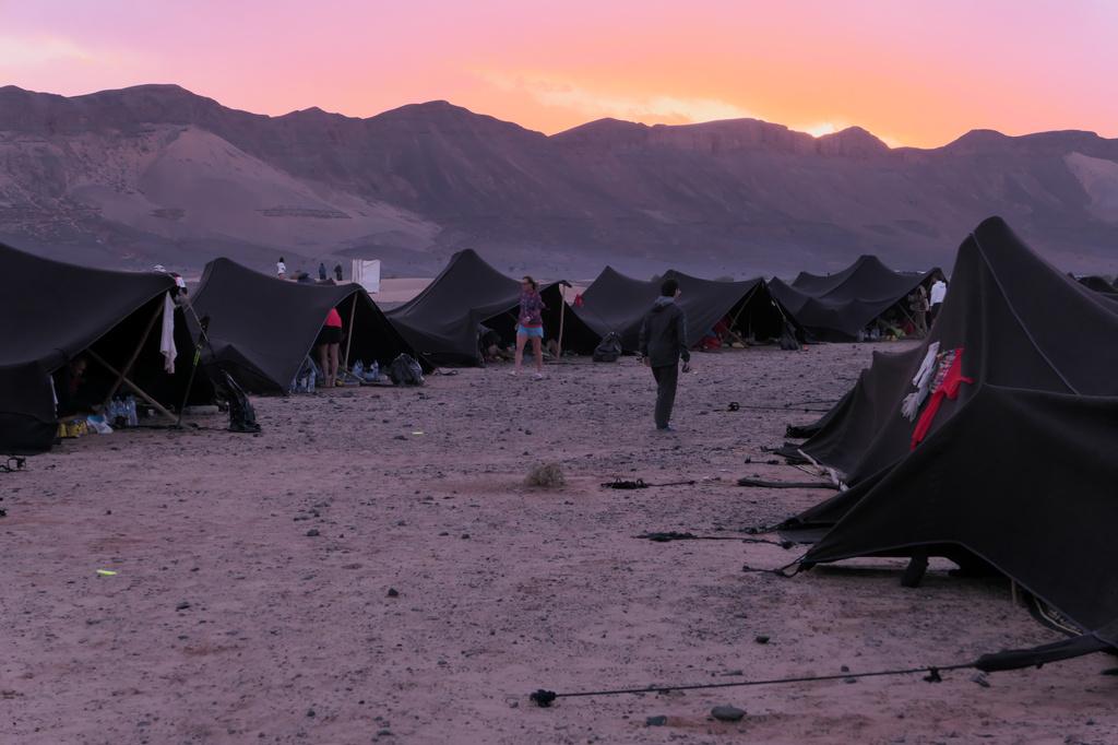 Le Bivouac du Marathon des Sables au coucher du soleil