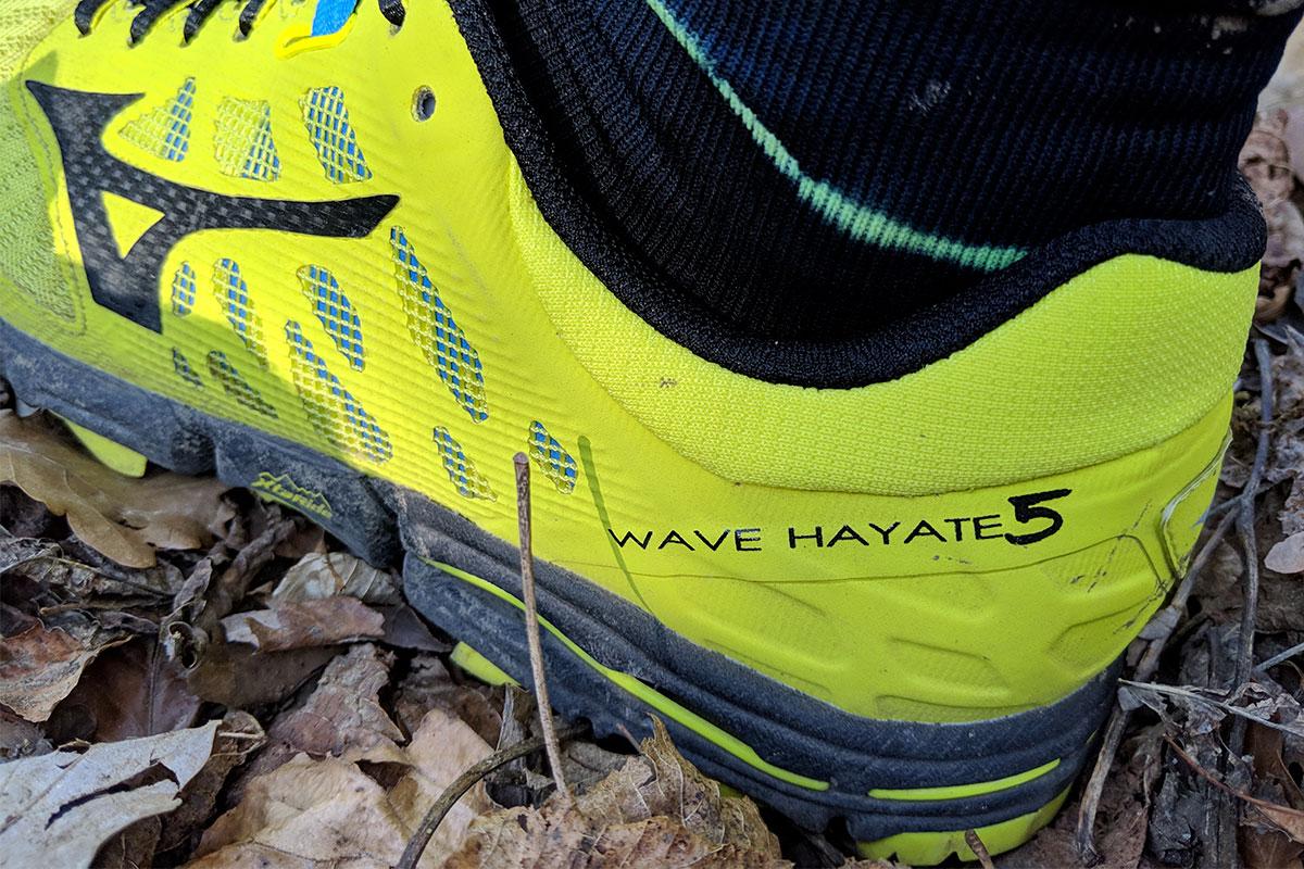 La Mizuno Hayate 5 sur un tapis de feuilles en forêt