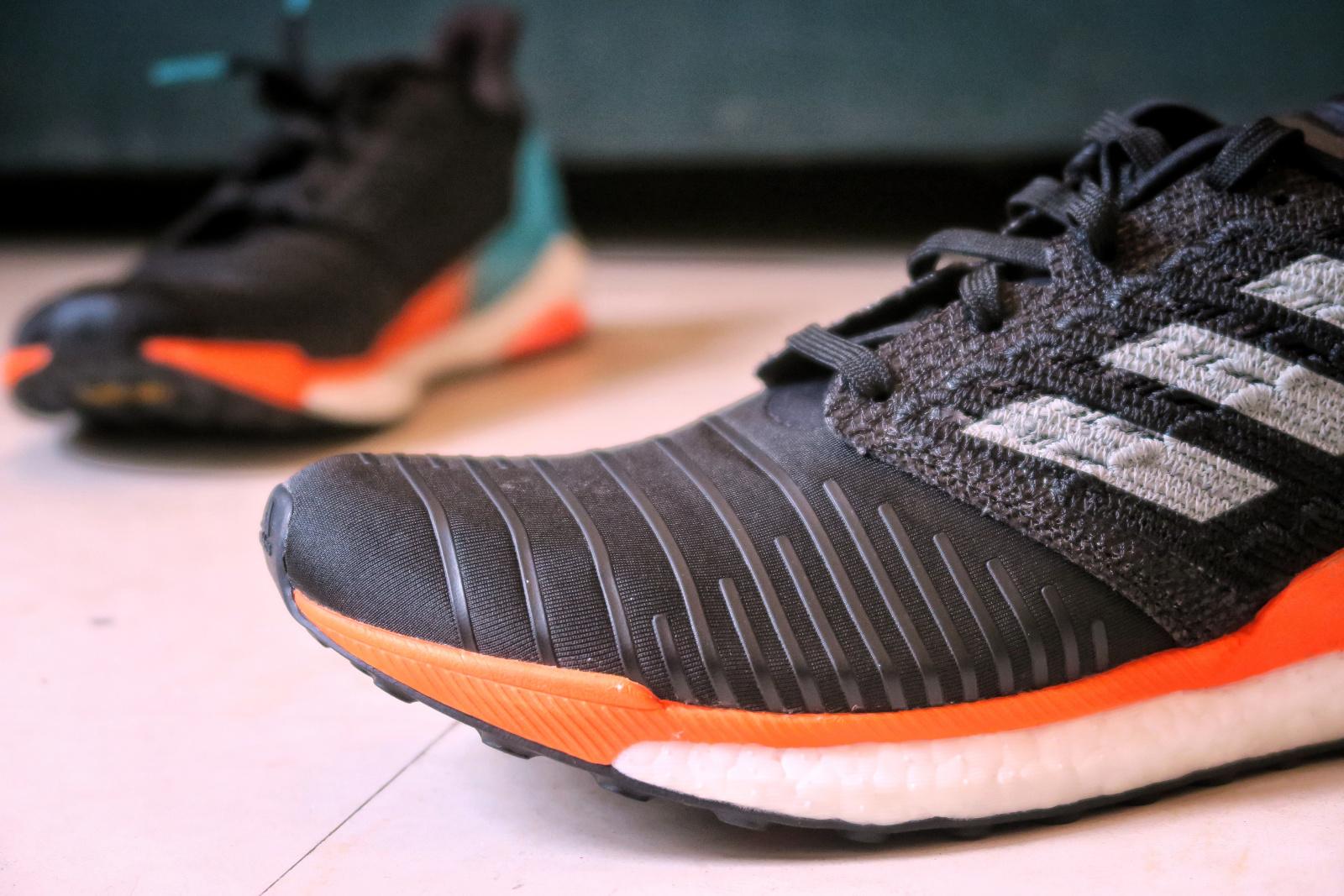 Devant de la chaussure de l'Adidas Solar Boost noire