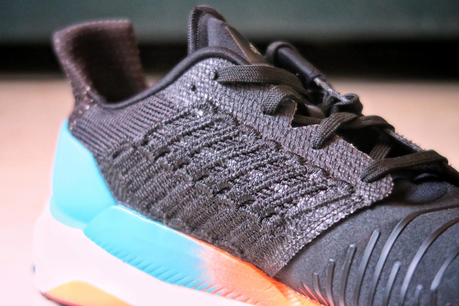 Adidas Solar Boost vue du côté avec un zoom sur le tissu utilisé