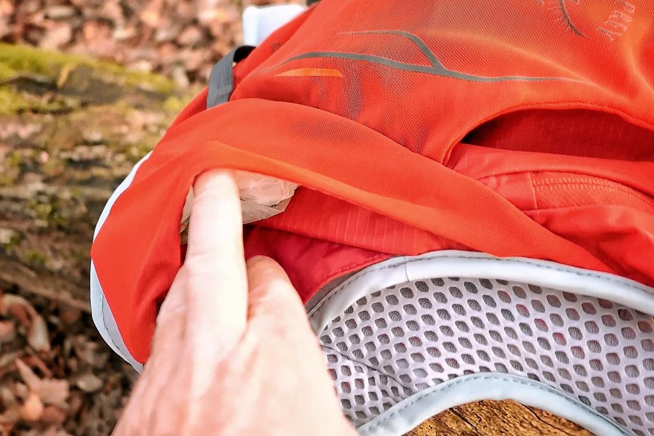 Les poches latérales arrières, accessibles sans enlever le sac