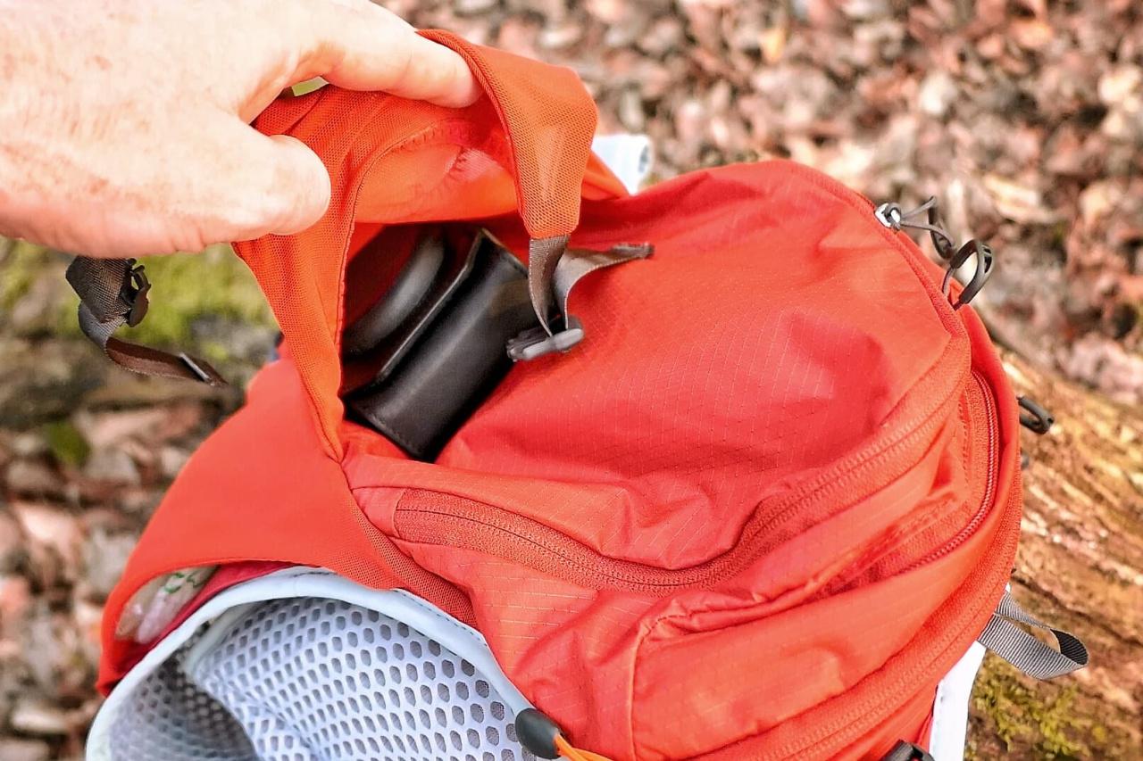 La poche sur l'arrière, avec sangles, pour la veste de pluie